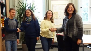 14.09.2017: Christiane Dittmann heißt die amerikanischen Austauschschüler Matthew Cohen und Susanna Walter herzlich willkommen.