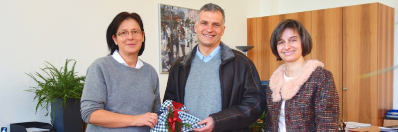 Simone Robitschko und Schulleiterin Christiane Dittmann übergeben die Spende des SG an Wolfgang Lohner von der Obdachlosenhilfe der Caritas.