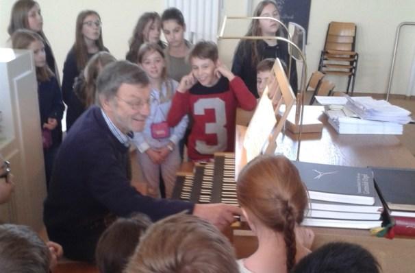 Die Klassen 5a und 5c erleben die Orgel der Salvatorkirche mit Musiklehrer Magnus Barthle.