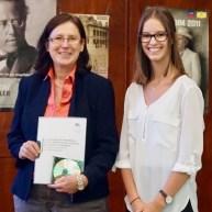 """30.06.2017: Schulleiterin Christiane Dittmann dankt Laura Seidling (K1) für ihre Arbeit an der Rezertifizierung für den """"Grünen Aal"""""""