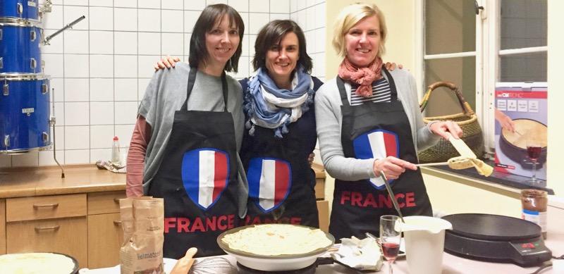 """Dezember 2016: Frau Esber-Trost, Frau Glimschi und Frau Schmid laden ein zur Cinéfête mit Crêpes und der französischen Komödie """"Une Familie à louer"""" (2015)."""