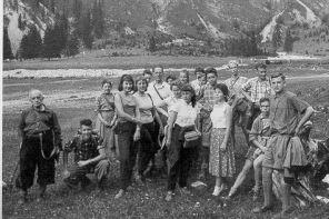 Schullandheim im Allgäu 1957, mit Klasse 8 a unter Leitung von OStD Dr. Keller, dem damaligen Schulleiter, und Herrn Heintzeler.