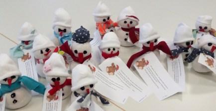 20.12.2017: Die Klasse 6b hat Schneemänner für die Kooperationspartner des SG gebastelt