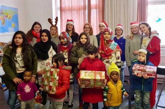 22.12.2017: 8 Schülerinnen besuchen das Flüchtlingswohnheim mit den Weihnachtspäckchen aus dem SG