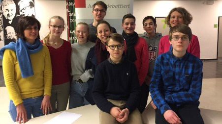 """06.02.2018: Die AG """"Jugend debattiert"""" beim Regionalwettbewerb am Ostalb-Gymnasium Bopfingen mit ihren Begleitlehrerinnen und Jurorinnen Frau Esber-Trost und Frau Kohlmann-Münz"""