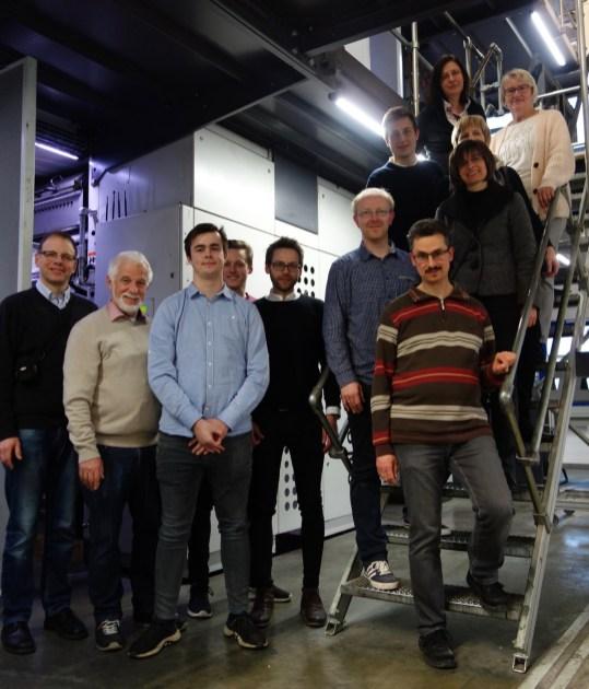 20.03.2018: Verleger Bernhard Theiss (2.v.l.) führt Schüler und Lehrkräfte des SG durch das Druckzentrums Hohenlohe-Ostalb