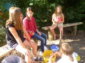 """17.-19.07.2018: Die Teilnehmerinnen des Projekts """"Jonglage"""" machen sich ihre Jonglier-Bälle selbst"""