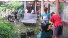 """17.-19.07.2018: Die Teilnehmer und Teilnehmerinnen des Projekts """"Schulhof gestalten"""" machen Überstunden im Atrium"""
