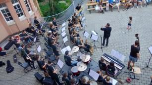 24.07.2018: Die Big Band unter der Leitung von Magnus Barthle rockt ihr Publikum auf dem Schulfest