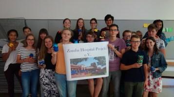 19.09.2018: Die Schülerinnen und Schüler der 10b basteln Stofftiere für die Kinder am Zoma Central Hospital — Medizinerin Lara Dittmann wird sie im Oktober persönlich überreichen