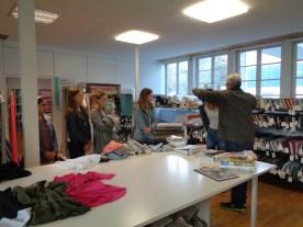 """12.10.2018: Bereit zum """"upcyclen""""! Kleideranprobe mit Herrn Braun in Wasseralfingen"""