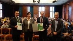 20.11.2018: Prof. Ulrich Holzbaur (HS Aalen), Schulleiterin Christiane Dittmann (SG), Oberbürgermeister Thilo Rentschler und Amtsleiter Rudolf Kaufmann gratulieren der Schulgemeinschaft zum Grünen Aal.