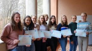 27.11.2018: Freuen sich über das bestandene DELF-Diplom: Marianna Bopp (B1), Carla Bärreiter (B2), Franziska Henke (B1), David Christian Henze (B2), Maria Luise Henze (B1), Maike Huber (B2), Sarah Kurz (B2), Marie Lotte Liebel (B2), Jule Thullner (B1)