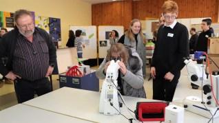 """06.02.2019: """"Genau hingeschaut!"""" Besucher betrachten die geologischen Präparate mit den neuen ZEISS-Mikroskopen des Schubart-Gymnasiums"""