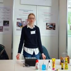 09.02.2019, Schüler experimentieren: Katerina Severin hat verschiedene Klebstoffe auf Azeton hin untersucht