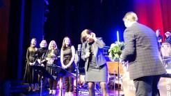 15.03.2019: Schulleiterin Christiane Dittmann (Mitte) ist begeistert und gratuliert Band-Gründerin Gudrun Möhrle (3. v.l.) und Magnus Barthle zum Jubiläum der Big Band.