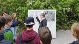 07.05.2019: Eine Begleiterin erklärt das KZ-Gelände Dachau