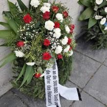 07.05.2019: Die Kränze zur Erinnerung an die Opfer. Sie wurden gestiftet anlässlich des Jahrestags der Befreiung des KZs am 29. April 1945.