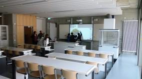 15.05.2019: Schüler*innen lernen interaktiv mit den neuen Whiteboards im Chemiesaal 2.