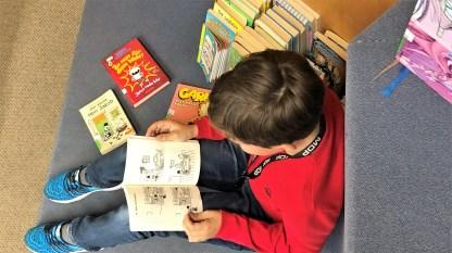 """10.05.2019: """"Spannend!"""" Schülerinnen und Schüler der 5b beim Schmökern in der Stadtbibliothek"""