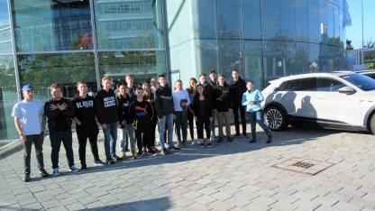 01.10.2019: Die Schülerinnen und Schüler des Neigungskurses Wirtschaft (K2) fahren mit Frau Schwenk und Frau Robitschko zu einer Besichtigung der Produktion bei Audi in Ingolstadt.