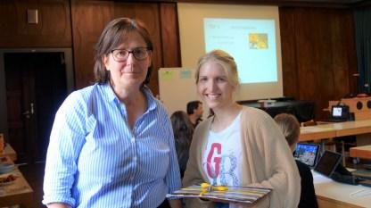 15.07.2021: Schulleiterin Christiane Dittmann dankt Referendarin Jessica Mendel für ihr Engagement und gratuliert zur neuen Stelle in Rutesheim