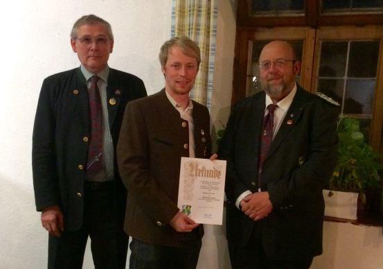 Manuels Ehrung mit der Verdienstnadel des Bezirks Oberbayern