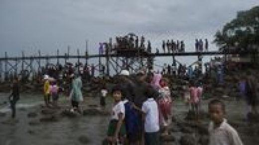 Warga dan keluarga korban menunggu di tepi pantai