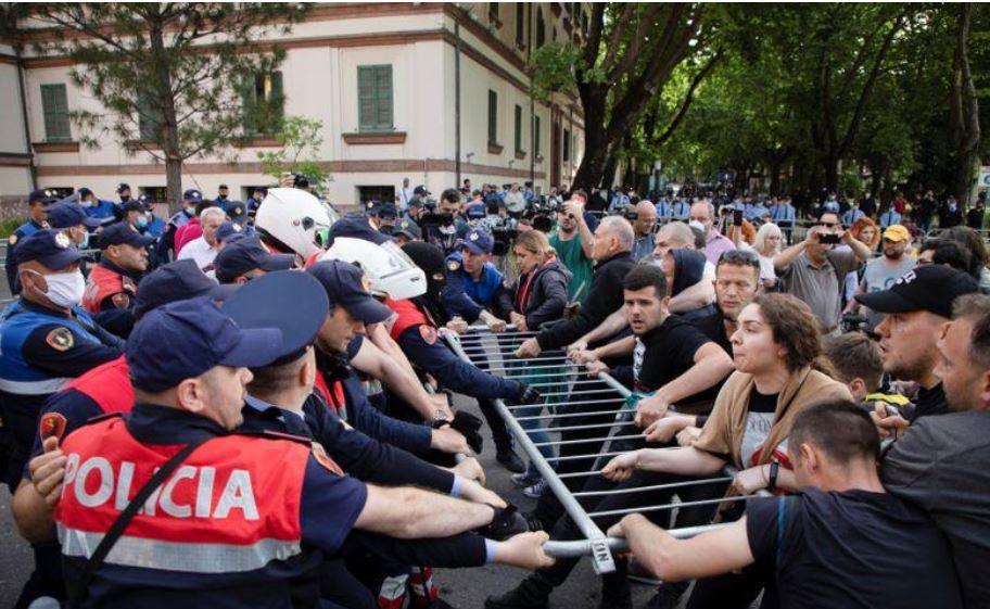 احتجاجات غاضبة في ألبانيا بسبب بدء هدم مبنى المسرح الوطني