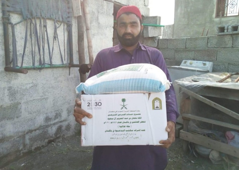 الشؤون الإسلامية توزع (512 ) سلة غذائية رمضانية في مدينة روالبندي بباكستان