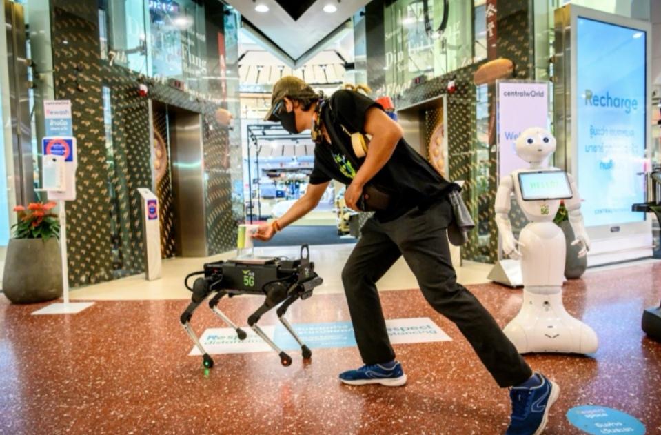 """تايلاند تصمم كلبا آليا بتكنولوجيا """"5G"""" لتعقيم أيدي الأطفال والمتسوقين"""