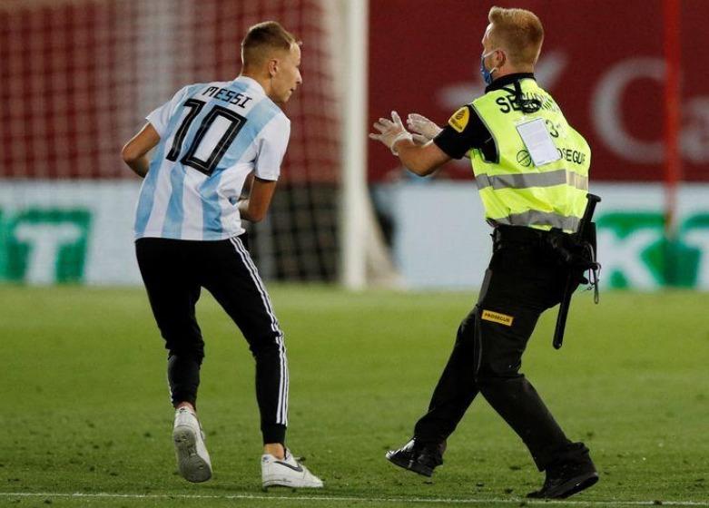 سلطات الكرة الإسبانية تسعى لمحاكمة مشجع اقتحم ملعب مايوركا