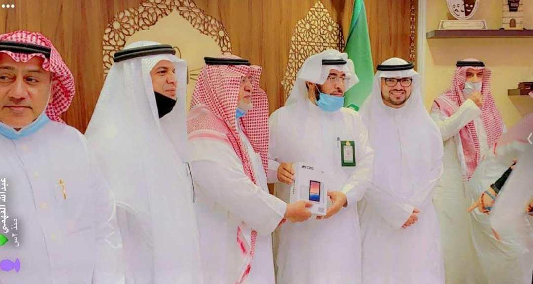 """وقف الوالدين يقدم """"200"""" جهاز ايباد للطلبة المحتاجين بجامعة الملك عبد العزيز لمتابعه تعليمهم عن بعد"""