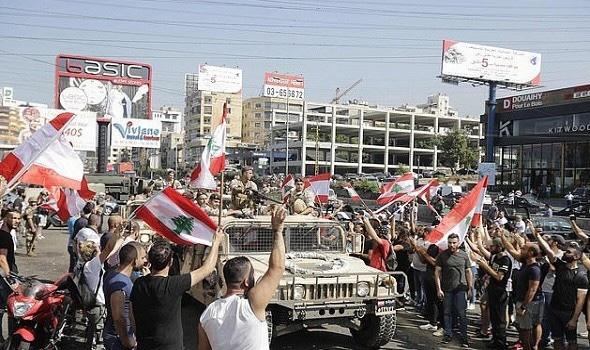 """""""الجيش اللبناني"""" يعلن إعادة فتح الطرق التي أغلقها المتظاهرين"""