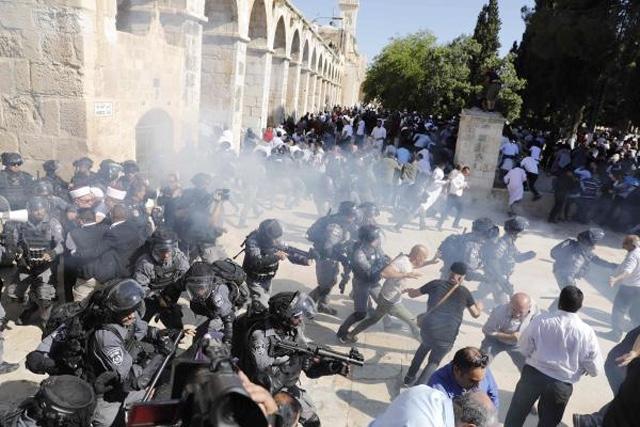 باحات المسجد الاقصى تشهد اعتداءات عنيفة