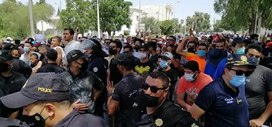 سحب مبالغ مالية كبيرة من البنوك التونسية بعد قرارات قيس سعيد