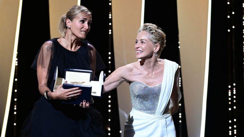 """فوز المخرجة الفرنسية الشابة """"دوكورنو"""" بالسعفة الذهبية لمهرجان كان السينمائي"""