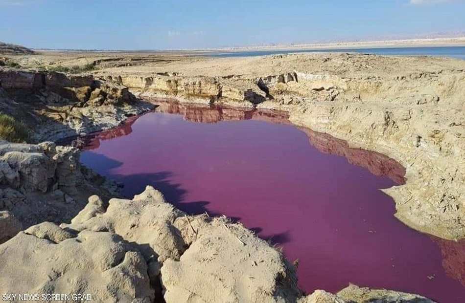 """مياه حمراء اللون """"غامضة"""" قرب البحر الميت"""