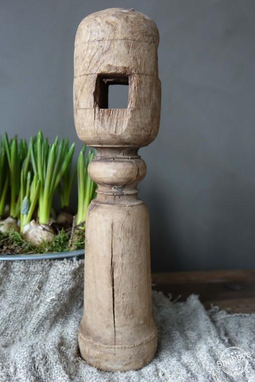 Shabbys-Stoer in wonen-Stoer een authentiek houten naturel kleurige kandelaar uit India Hoogte 28 cm