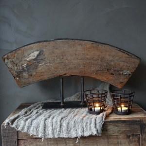 Shabbys-Stoer in wonen-Oud houten wiel deel ornament op verouderd ijzeren statief