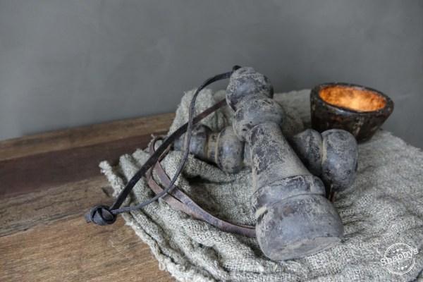 Shabbys-Stoer in wonen-Stoere houten klos/toefhanger met lederen veter