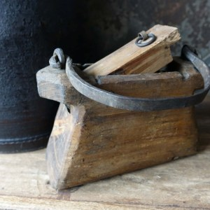Shabbys-Stoer in wonen-Houten olie-/boterbakje stoer en sober, hoogte 11 cm