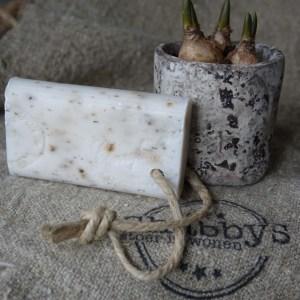 Shabbys-Stoer in wonen-Stoer, ivoorkleurig Marseillezeep aan linnen koord met stempel, geur kamperfoelie