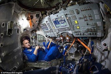 अन्तरिक्षयात्री Astronaut folded hands space