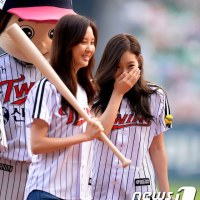 Check out the clip and pictures from TaeYeon and SeoHyun's opening pitch and bat