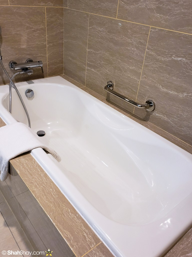 Renaissance Kuala Lumpur Executive Suite - bathroom tub