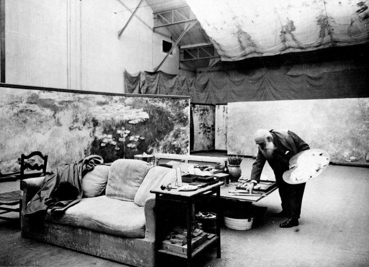 Claude Monet a pintar 'Les Nymphéas' no seu estúdio em Giverny.