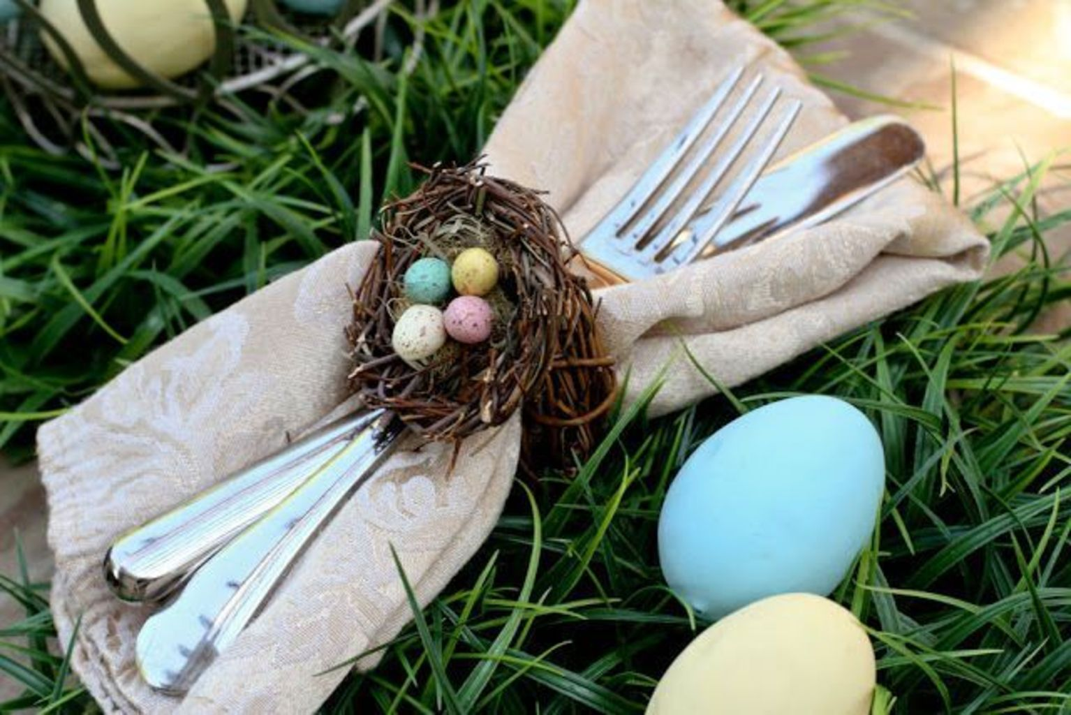 Spring tablesetting ideas with flowers live plants and decoartive eggs best for celebrating the Easter Part 24