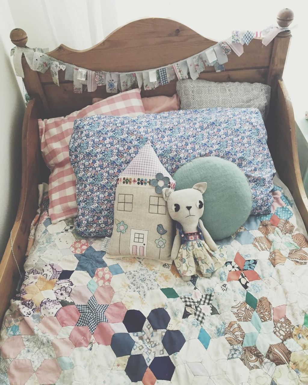 Best collection of inspirational kids bedroom decor schemes that feature beautiful pastel color palettes and unisex kids room ideas Image 9