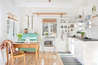 Chic decoration with lots of nautical accents giving a refreshing coastal cottage feel to modern kitchens Image 11